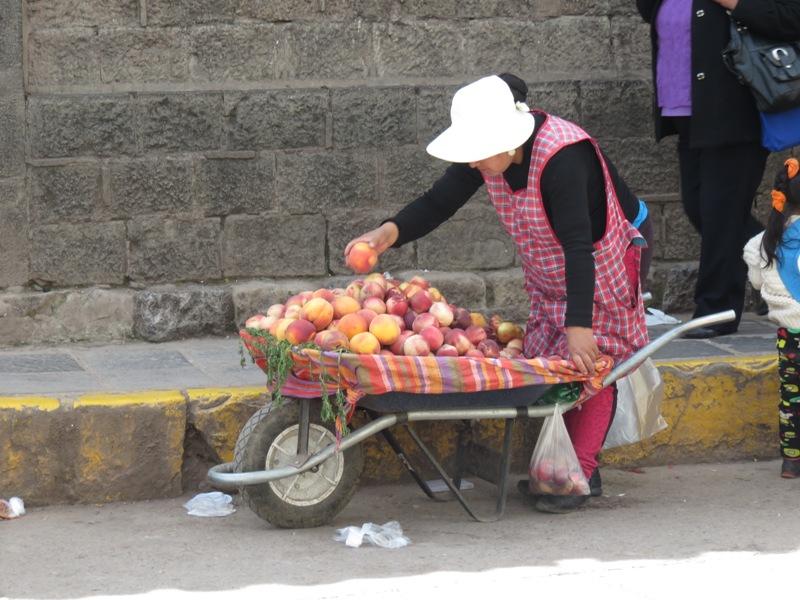 Peruaanse vrouw met appels